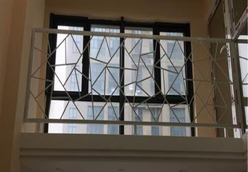 全包装修阁楼护栏高度不高造成的危险